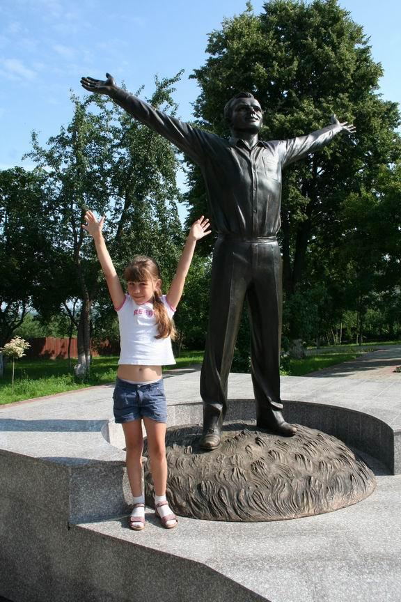 13 июля 2011 года. Музей Космонавтики. Калуга. Лиза рядом с памятником Юрию Гагарину
