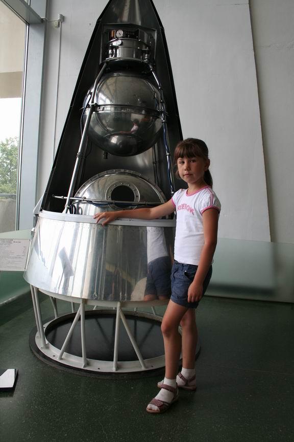13 июля 2011 года. Музей Космонавтики. Калуга. Лиза рядом с макетом первого спутника (в чехле)