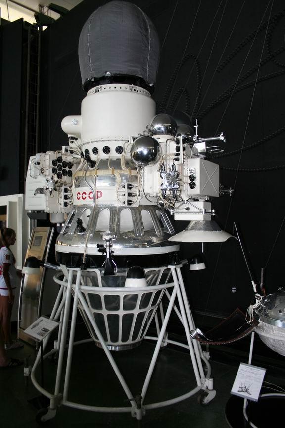13 июля 2011 года. Музей Космонавтики. Калуга. АМС Венера-4 (почему-то перевернутая, не согласно расположению в цехе НПО им. Лавочкина)