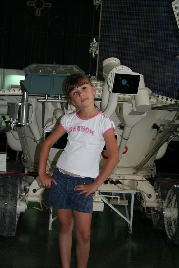 13 июля 2011 года. Музей Космонавтики. Калуга. Лиза на фоне Луноход-2